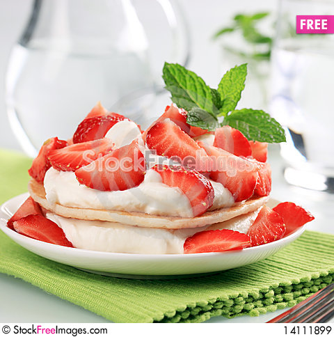 Free Pancakes With Curd Cheese And Strawberries Royalty Free Stock Images - 14111899