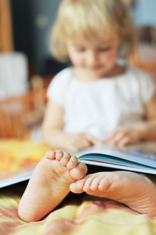 Free Little Girl With Book Stock Image - 14112181