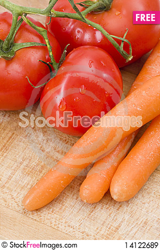 Free Fresh Tomatoes And Carrot Royalty Free Stock Images - 14122689