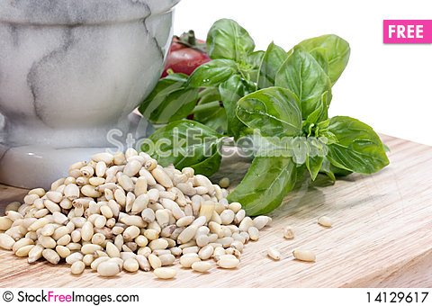 Free Pine Nuts (pignolias) & Basil Royalty Free Stock Photography - 14129617