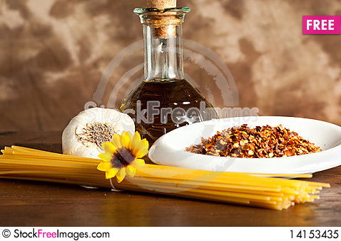 Free Spaghetti With Garlic And Oil Chilli Sauce Royalty Free Stock Photo - 14153435