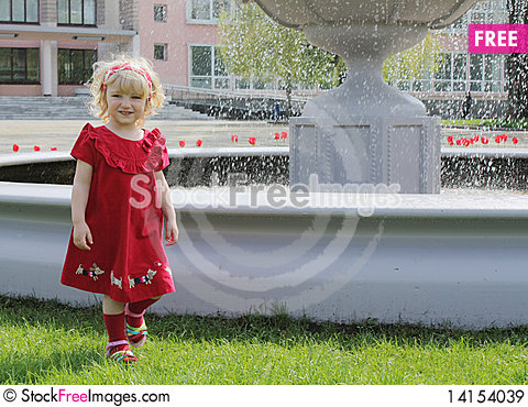 Free Blond Girl On The Walk Royalty Free Stock Images - 14154039