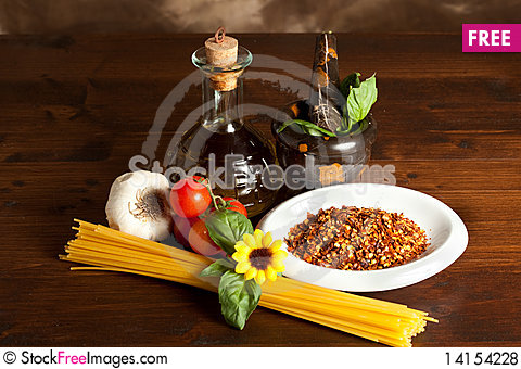 Free Spaghetti With Garlic And Oil Chilli Sauce Royalty Free Stock Photos - 14154228