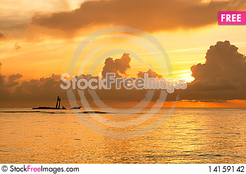 Free Bright Sunrise In Early Morning With Ocean Stock Photography - 14159142