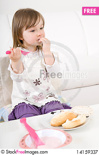 Free Little Girl Eating Royalty Free Stock Photography - 14159337