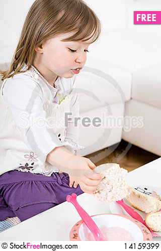 Free Little Girl Eating Royalty Free Stock Images - 14159399