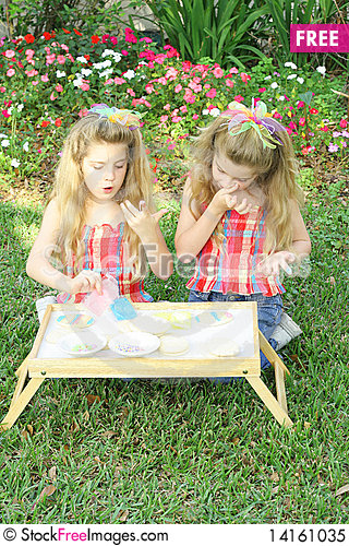 Free Children Frosting Cookies Royalty Free Stock Photo - 14161035