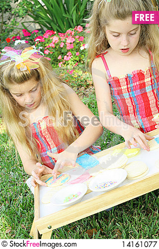 Free Little Girls Decorating Cookies Vertical Royalty Free Stock Photography - 14161077