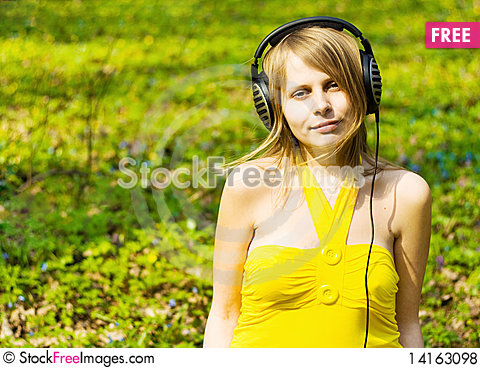 Free Blond Girl Listening Music In Headphones Outdoors Royalty Free Stock Photos - 14163098