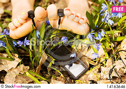 Free Barefooted Woman S Feet Listening Mp3 Player Royalty Free Stock Image - 14163646