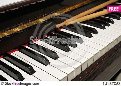Free Diagonal Shot Of Drum Sticks On Piano Keyboard Royalty Free Stock Photos - 14167068