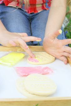Free Child Frosting Cookies Vertical Stock Photography - 14160962