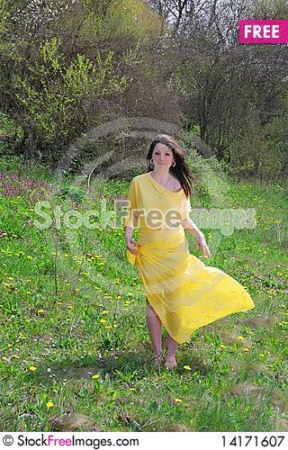 Free The Beautiful Girl Walks Royalty Free Stock Photography - 14171607