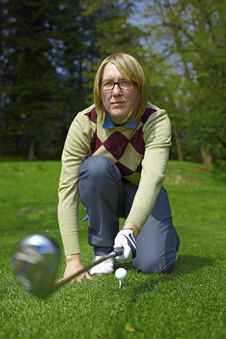 Free Woman Golfer Aiming With Iron Royalty Free Stock Photos - 14184118
