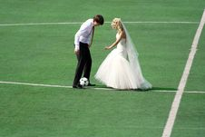 Free Couple Plaing Football Royalty Free Stock Images - 14207899