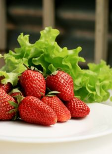 Free Strawberries On A Plate Stock Photos - 14213443