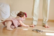 Free Girl Plays With Her Father S Foot Royalty Free Stock Images - 14288359