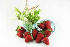 Free Strawberries And Wild Flowers Stock Photography - 14293802