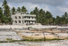 Free Dhow And Local Home On Zanzibar Beach Royalty Free Stock Photography - 14295907