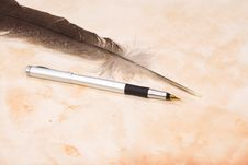 Free Feather And Silver Pen Royalty Free Stock Photography - 14355767