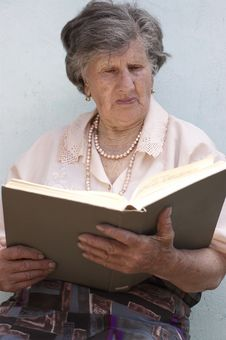 Free Old Woman Reading Book Royalty Free Stock Photography - 14363267