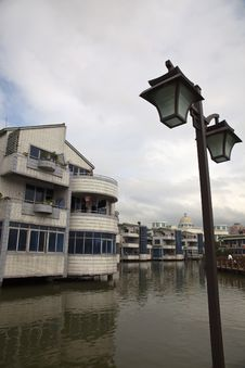 Free Lamps And Houses On Water Royalty Free Stock Photography - 14384907