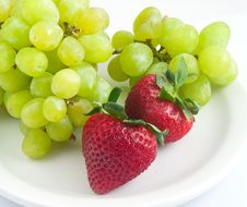Free Strawberries And Grapes Royalty Free Stock Images - 14398439