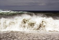 Free Heavy Waves With White Wave Crest In Storm Stock Photography - 14403362