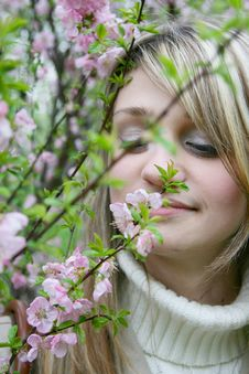Free Girl Smelling  Flowers Royalty Free Stock Photos - 14421048