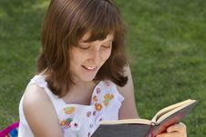 Free Young Beautiful Girl Reading Royalty Free Stock Photography - 14437567