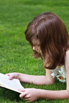 Free Young Beautiful Girl Reading Royalty Free Stock Images - 14439099