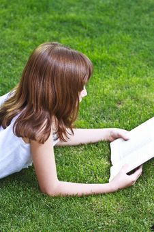 Free Young Beautiful Girl Reading Stock Images - 14439384