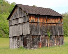 Free Weathered Crooked Barn Royalty Free Stock Image - 14443836