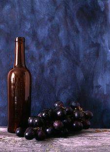 Free Wine Bottle And Grapes Royalty Free Stock Photos - 14468138