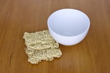 Free Dried Noodles And Bowl Royalty Free Stock Photography - 14471167