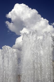 Free Streams Of A Fountain Against The Sky And A Cloud Stock Images - 14490804