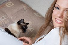 Free Beautiful Happy Girl In White With Cat Stock Photography - 1455012
