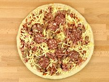 Free Uncooked Fresh Pizza Royalty Free Stock Photos - 14522928