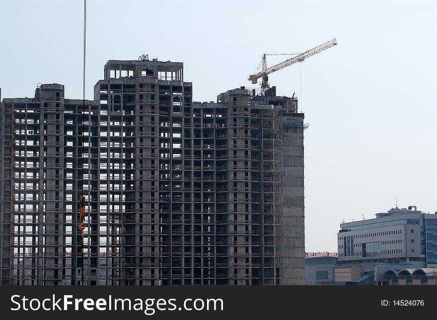 Construction crane and multi-storey building