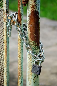 Free Old Iron Gates Closed Wiyh Chain And  Padlock Royalty Free Stock Image - 14581726