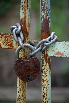 Free Old Iron Gates Closed Wiyh Chain And  Padlock Stock Photography - 14581752