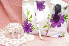 Free The  Women Bag With Sun Hat Royalty Free Stock Photography - 14582527