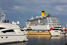 Free White Cruise Ship And Yachts Royalty Free Stock Photo - 14596895