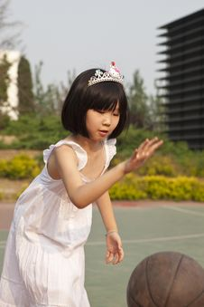 Free Asian Girl Bouncing Basketball Royalty Free Stock Photo - 14606405