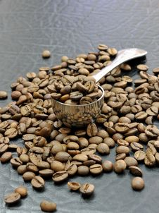 Free Coffee Beans And Spoon Royalty Free Stock Images - 14606879