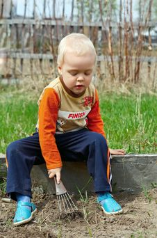 Free Young Boy Digging In The Ground Royalty Free Stock Photo - 14628055