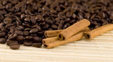 Coffee Beans And Cinnamon Sticks Closeup Royalty Free Stock Photography