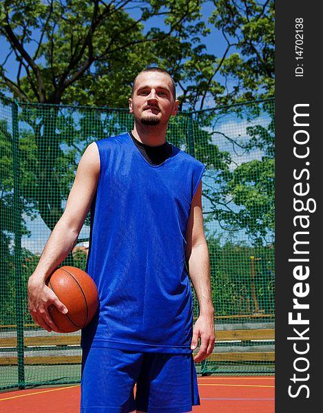 Basketball player on the sportground