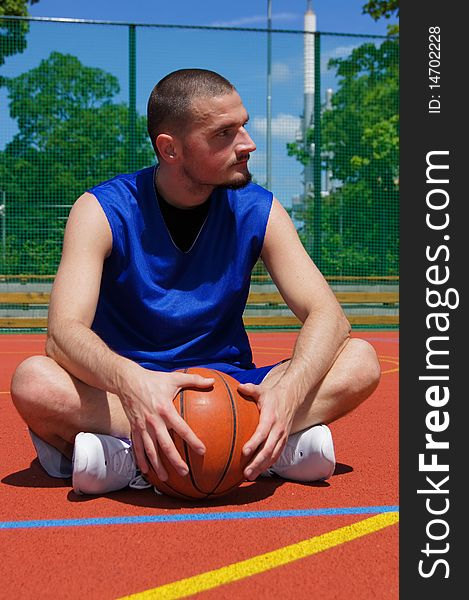 Basketball player on the sportground with look lef
