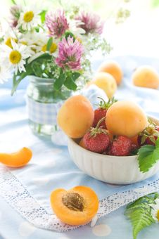 Free Fresh Apricots And Strawberries Stock Photo - 14718660